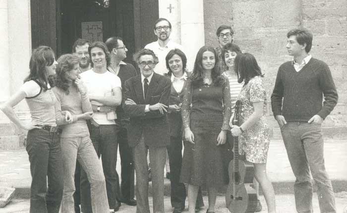 Giulio Preti with a group of students